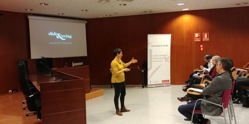 Laura Barbao, de Slide&Swing en un moment de la conferència