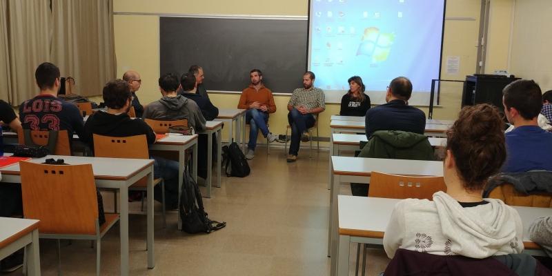 Momento del coloquio entre estudiantes y emprendedores