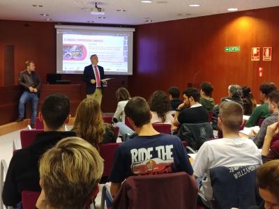 Imatge de la presentació de Carlos Duran, CEO i fundador de Hoy Voy, l'autoescola, a càrrec del degà de la FDET, Eduard Cristóbal